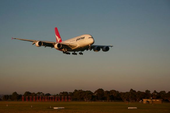 1024px-Qantas_A380_lands_and_Melbourne_Airport